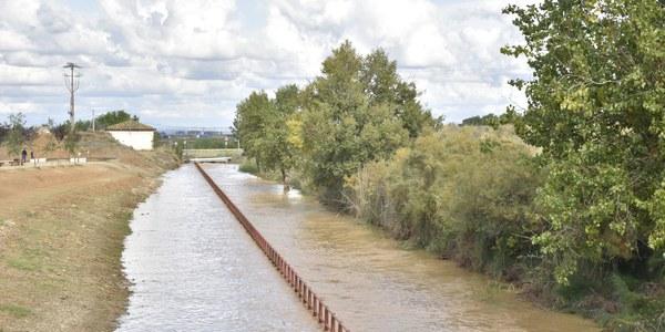 Canal sobrepassat a l'alçada del Parc del Canal